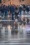 人群在狂欢节的湿圣马克广场聚集 免版税库存照片