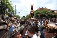 人群在等候Ubud皇家火葬- 2018年3月2的起点日的石棺公牛前面聚集 库存照片