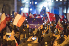 人群在罗浮宫庆祝Macron ` s胜利 库存图片