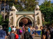 人群在迪斯尼乐园公园的探险世界 库存照片