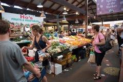 人群在绿色菜市场市场上 库存照片