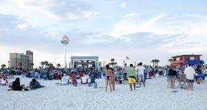 人群在Ampitheater聚集在彭萨科拉海滩,带的佛罗里达在海滩娱乐 免版税库存图片