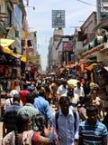 人群在T Nagar义卖市场下降在金奈,印度 免版税库存照片