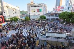 人群横穿街道 免版税库存图片
