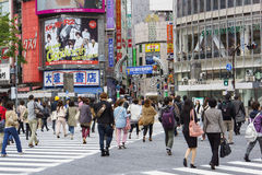 人群横穿街道 免版税图库摄影