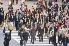 人群横穿街道 免版税库存照片
