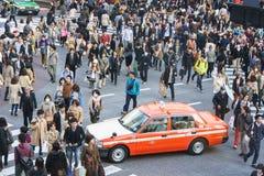 人群横穿街道 库存照片