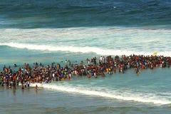 人群游泳在德班 非洲著名kanonkop山临近美丽如画的南春天葡萄园 免版税图库摄影