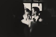 从人群的一个看法在一对俏丽的婚礼夫妇 免版税库存照片