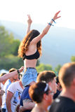 从人群的一名妇女在小谎节日的白天音乐会 免版税库存照片
