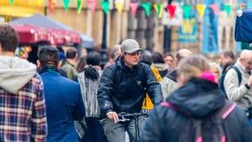 人群的都市骑自行车者 免版税库存照片