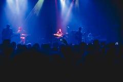 人群观看的和拍摄的摇滚乐音乐会 免版税库存图片