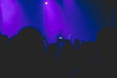 人群观看的和拍摄的摇滚乐音乐会 图库摄影