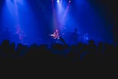 人群观看的和拍摄的摇滚乐音乐会 库存图片