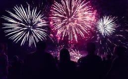 人群观看的烟花和庆祝新年 免版税库存图片