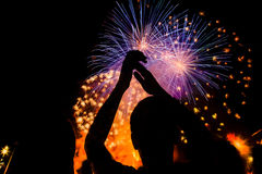人群观看的烟花在新年 免版税库存照片