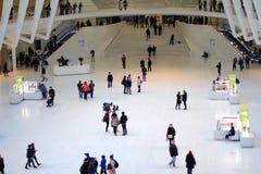人群通过白色建筑结构走 免版税库存图片