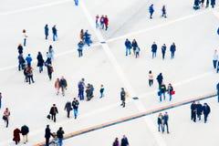 人群鸟瞰图 背景迷离弄脏了抓住飞碟跳的行动 免版税库存图片
