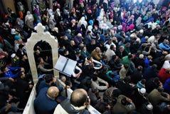 人群:穆斯林在清真寺交友派信徒会议 免版税库存照片