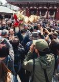 人群围拢龙在金黄龙舞蹈,东京 免版税库存照片