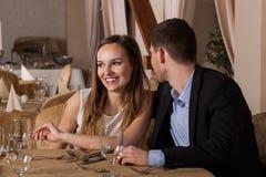 人耳语在女朋友耳朵 免版税库存图片