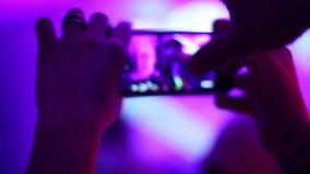 人聚成棍棒状一团,摄制DJ表现,接触电话在手上 股票录像