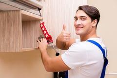 年轻人聚集的厨房家具 库存图片