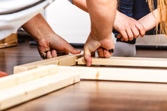 人聚集的木家具 DIY 免版税库存图片