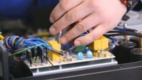 人聚集的计算机,与螺丝刀的系统单元的手 特写镜头 股票视频