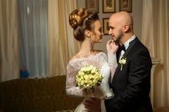 年轻人肉欲的画象merried在爱拥抱的夫妇 免版税图库摄影