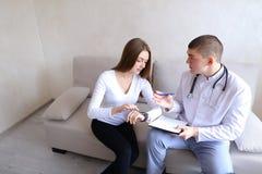 人肾脏病学家和女性耐心i的研究医疗作用 图库摄影