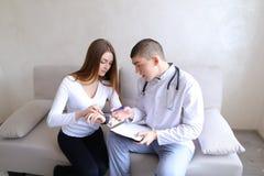 人肾脏病学家和女性耐心i的研究医疗作用 免版税库存图片