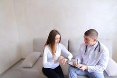人肾脏病学家和女性耐心i的研究医疗作用 库存图片