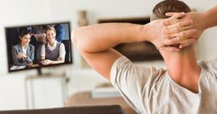 人背面图用在顶头后的手有录影电话在家 免版税库存图片