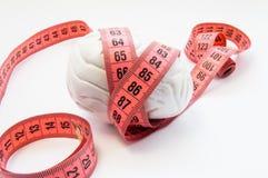人脑被包裹的测量的磁带解剖形状  形象化的测量的脑子大小、脑子大小和重量的概念照片 免版税图库摄影