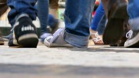 人脚品种走在街道上的 股票视频