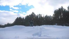 人脚在深刻的雪冬天进来 慢动作录影生活方式 有背包步行的人旅客在雪森林里 影视素材