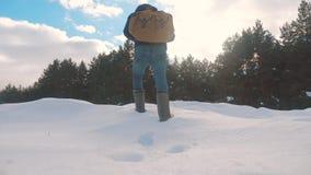 人脚在深刻的雪冬天进来 慢动作录影 有背包步行的人旅客在雪生活方式森林里 股票视频