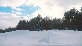 人脚在深刻的雪冬天进来 慢动作生活方式录影 有背包步行的人旅客在雪森林里 影视素材