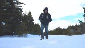人脚在深雪进来 慢动作录影 有背包步行的人旅客在雪森林冬天生活方式 影视素材