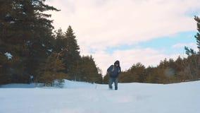 人脚在深雪进来 慢动作录影 有背包步行的人旅客在雪森林冬天 生活方式 股票视频