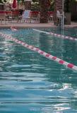人膝部在一个室外水池游泳 免版税库存照片