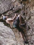 人自由上升在室外的岩石 免版税图库摄影