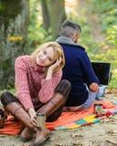 人自由职业者的工作者互联网使有膝上型计算机森林互联网上瘾的丈夫的游戏玩家上瘾 工作在新鲜空气 图库摄影