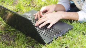 人自由职业者的手研究膝上型计算机的 影视素材