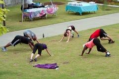 人舒展在健身新兵训练所锻炼之后 免版税库存照片