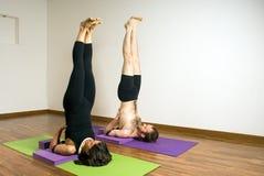 人舒展垂直的女子瑜伽 免版税库存照片