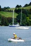 人航行一条可膨胀的小船 免版税库存图片