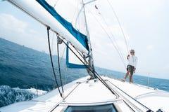 年轻人航行 免版税库存图片