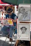 巴黎人艺术家在巴黎的蒙马特的画一幅讽刺画 库存照片